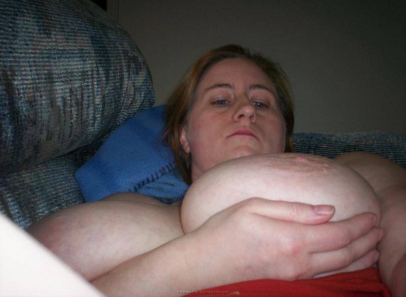 Толстая мама позирует в ночнушках и показывает натуральные дойки порно фото